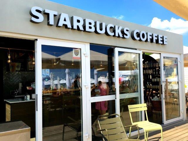 Starbucks Coffee na plaży W Sopocie